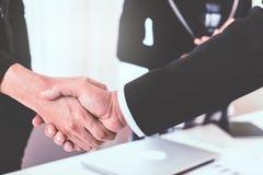 企业在执行委员之间的手震动 免版税库存照片