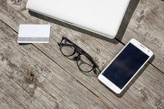 企业在桌上的概念膝上型计算机和与电话的信用卡 免版税图库摄影