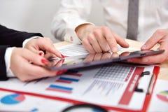 企业在片剂的成长图表 免版税库存图片