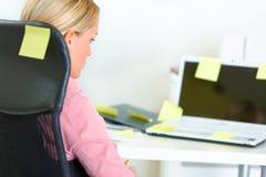 企业坐的贴纸妇女工作场所 库存照片