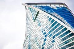企业复杂莫斯科市一个大厦上面云彩的 库存图片