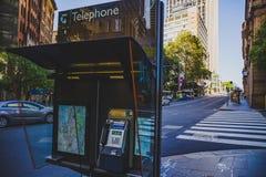 企业大厦包围的电话亭在悉尼CBD 免版税图库摄影