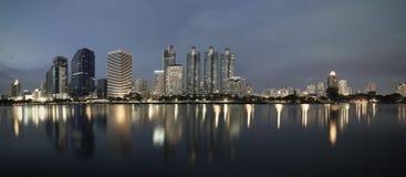 企业大厦区域和办公室,在暮色panora的都市风景 免版税库存照片