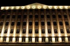 企业大厦在与照明的晚上 免版税库存图片