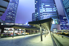 企业大厦在晚上 免版税库存图片