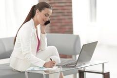 企业夫人谈话与一个财政伙伴 库存图片