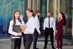 37企业夫人 办公室工作人员 有电子选项的两个女孩 免版税库存照片