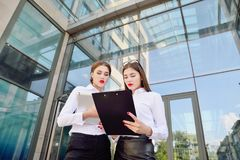 37企业夫人 办公室工作人员 有电子选项的两个女孩 免版税图库摄影