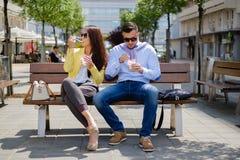 企业夫妇吃健康食物和不谈话与每othe 库存照片