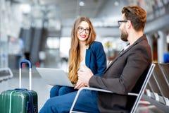 企业夫妇在机场 库存照片