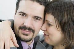 企业夫妇拥抱 免版税库存照片