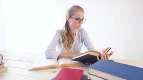 企业女孩在秘书读书的办公室纸文件夹坐 股票视频