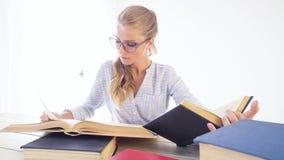 企业女孩在秘书读书的办公室纸文件夹坐 影视素材
