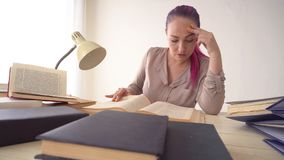 企业女孩在纸秘书书文件夹的办公室坐  股票视频