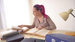 企业女孩在纸秘书书文件夹的办公室坐  影视素材