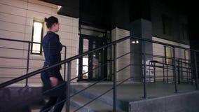 企业女孩攀登台阶 影视素材