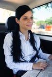 企业女实业家报纸读取旅行 免版税库存照片