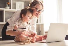 企业妈妈和男婴 免版税库存照片