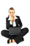企业姿态显示妇女的膝上型计算机shh 库存照片