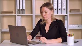 企业家付帐或售票票在工作区 影视素材