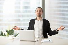 企业家解除与瑜伽锻炼的重音 图库摄影
