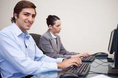 企业小组侧视图在他们的计算机上的 图库摄影