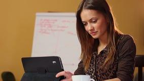 企业少妇读在计算机设备的财务新闻 股票视频