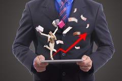 企业展示与他的膝上型计算机的购物概念 免版税图库摄影