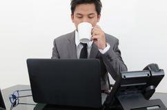 企业工作和在办公室采取一个咖啡闸 图库摄影