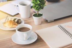 企业工作场所和企业对象例如膝上型计算机,笔记嘘 免版税图库摄影