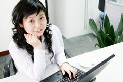 企业工作年轻人的膝上型计算机妇女 免版税图库摄影