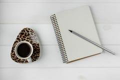 企业工作空间 咖啡,膝上型计算机,笔记薄 库存照片
