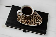 企业工作空间 咖啡,膝上型计算机,笔记薄 免版税库存照片
