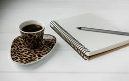 企业工作空间 咖啡,膝上型计算机,笔记薄 免版税库存图片