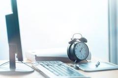 企业工程截止期限,在办公桌上的葡萄酒时钟 免版税图库摄影