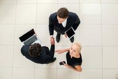 企业往来 三个商人顶视图正式w的 免版税库存图片