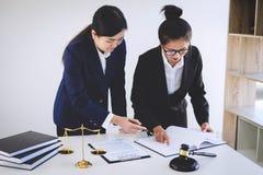 企业律师同事、咨询和confere配合  免版税库存照片