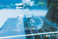 企业想法概念:全世界货币贸易趋向概念,与世界地图的清楚的水晶地球 免版税图库摄影