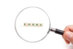企业想法焦点的概念 放大镜在手中在信件 库存图片