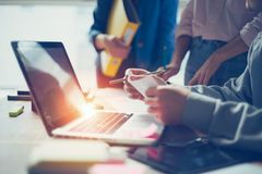 企业想法见面 谈论数字式的队新的工作计划 计算机和文书工作在露天场所办公室 免版税图库摄影