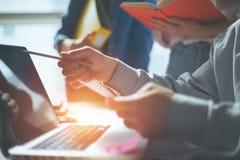 企业想法见面 谈论营销的队新的工作计划 计算机和文书工作在露天场所办公室 库存图片