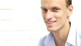 企业愉快的人微笑的年轻人 免版税库存图片