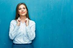 企业愉快的纵向妇女 少妇白色衬衣 库存图片