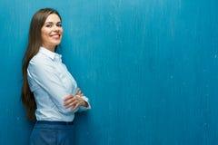 企业愉快的纵向妇女 少妇白色衬衣 免版税库存照片