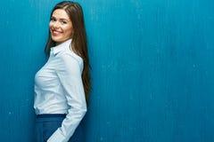 企业愉快的纵向妇女 少妇白色衬衣 免版税库存图片