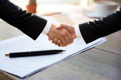 企业成功手震动移交协议形式 免版税图库摄影