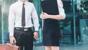 企业户外夫妇会议在工作以后 免版税库存照片