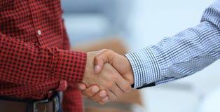 企业手震动的特写镜头在两个同事之间的 免版税库存照片