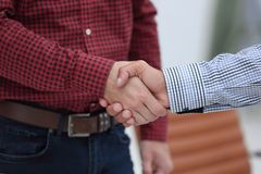 企业手震动的特写镜头在两个同事之间的 免版税图库摄影
