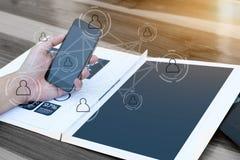企业技术概念,商人手使用聪明的响度单位 免版税图库摄影